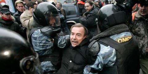 La police a arrêté des manifestants pacifiques, comme cela a été le cas plusieurs fois ces dernières années (photo d'une arrestation en novembre 2007). © REUTERS/Denis Sinyakov
