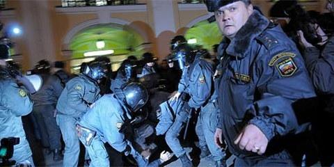La réponse de la police aux émeutes xénophobes a débouché sur la rafle de 1200 migrants sur un marché © Alexander Belenky