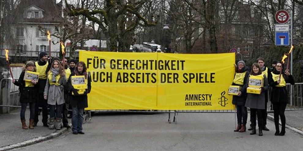Remise de la pétition devant l'ambassade russe à Berne, le 30 janvier 2014. © Philippe Lionnet