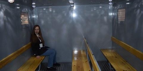 En Russie, des prisonniers et des prisonnières sont transportés sur de très longues distances vers des centres de détention éloignés de leur domicile, parfois de plusieurs milliers de kilomètres. Ces trajets, qui peuvent durer un mois, voire plus, ont généralement lieu dans des wagons spéciaux hérités de l'époque soviétique. © Tverskoi Vagonostroitelny Zavod