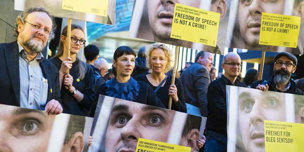Les actrices Katja Riemann et Meret Becker s'engagent pour Oleg Sentsov lors de la Berlinale 2016. © Amnesty International / Henning Schacht