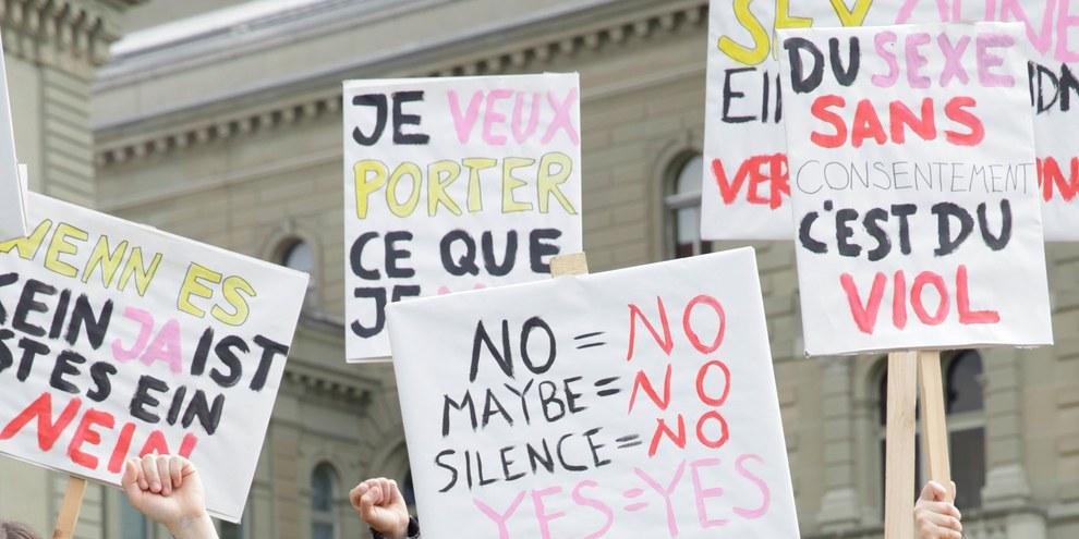 Comme en Slovénie, d'autres pays européens réforment leur définition pénale des violences sexuelles. Affiches de la campagne, en Suisse.  © AICH