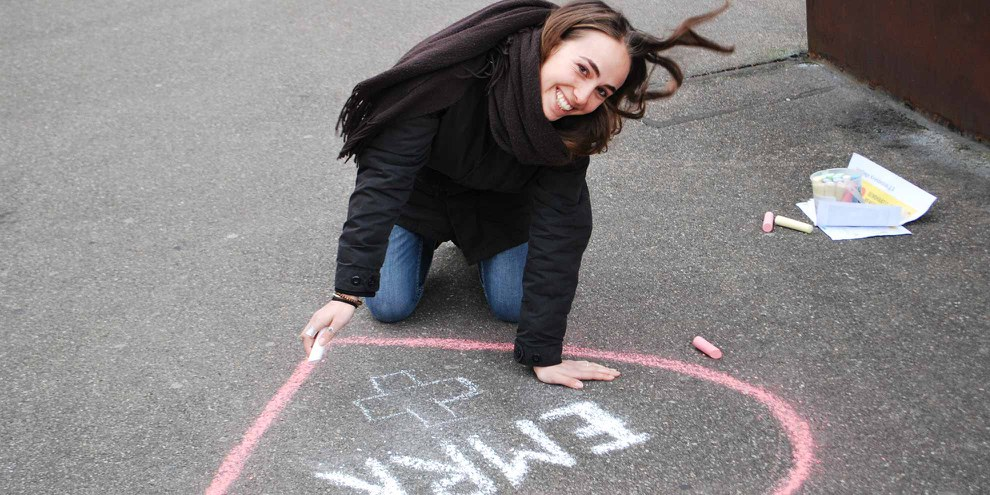 Une jeune militante lors d'une action pour la CEDH à Bâle, 2017. © Amnesty International