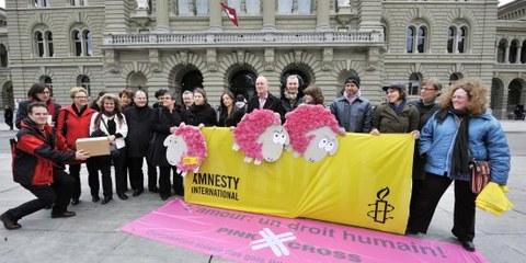 Reddition de la pétition pour les réfugiés LGBT le 2 mars 2010 © Valérie Chételat
