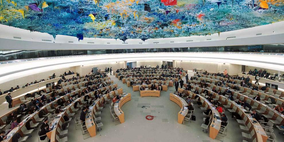 Tous les quatre ans et demi, les États membres des Nations unies sont interrogés sur la manière dont ils respectent les droits humains, un mécanisme du Conseil des droits de l'homme appelé Examen Périodique Universel (EPU). Ils doivent répondre aux questions de leurs pairs, qui formulent également des recommandations. © UN Photo