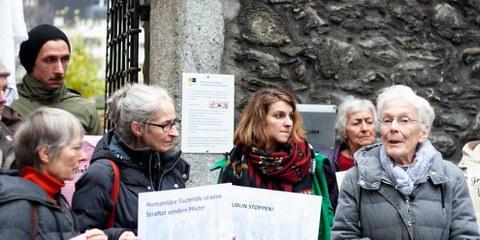 Anni Lanz (à droite) lors d'un rassemblement pour la dépénalisation de la solidarité. © AICH