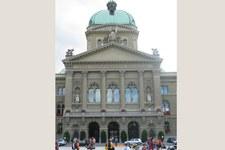 Les organisations suisses de défense des droits humains demandent des ressources suffisantes après la décision positive du Conseil national