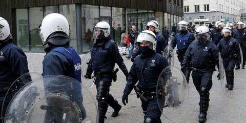 Des policiers belges en tenue anti-émeute en marche vers la commune de Molenbeek à Bruxelles, Belgique, 2 avril 2016. © REUTERS/Yves Herman