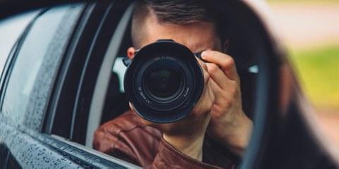 La loi permettrait par exemple de filmer ou de photographier quelqu'un sur son balcon, voire dans son appartement, dès lors que cette surveillance peut se faire depuis le territoire public, et ce sans que l'autorisation d'un juge ne soit nécessaire.