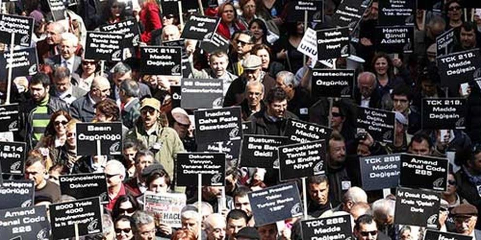 Appel à la liberté d'expression par des journalistes et militants, rassemblés à Ankara le 19 mars 2011. © REUTERS/Umit Bektas