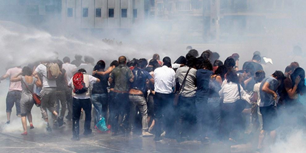 Des gaz lacrymogènes et des canons à eau ont été utilisés par la police. © REUTERS/Osman Orsal