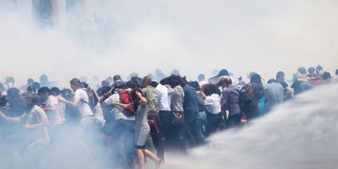 La police antiémeute a fait usage de gaz lacrymogènes et de canons à eau pour disperser les manifestants sur la place Taksim. © Eren Aytuğ/Nar Photos