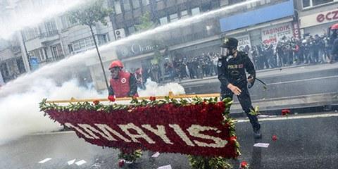 La police turque a fait usage de canon à eau et de gaz lacrymogènes pour disperser des manifestants non-violents. © BULENT KILIC/AFP/Getty Images