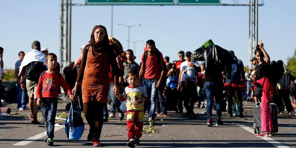 Des réfugié·e·s marchant sur l'autoroute près de Edirne en Turquie. Le 19 septembre 2015. © Reuters/Osman Orsal