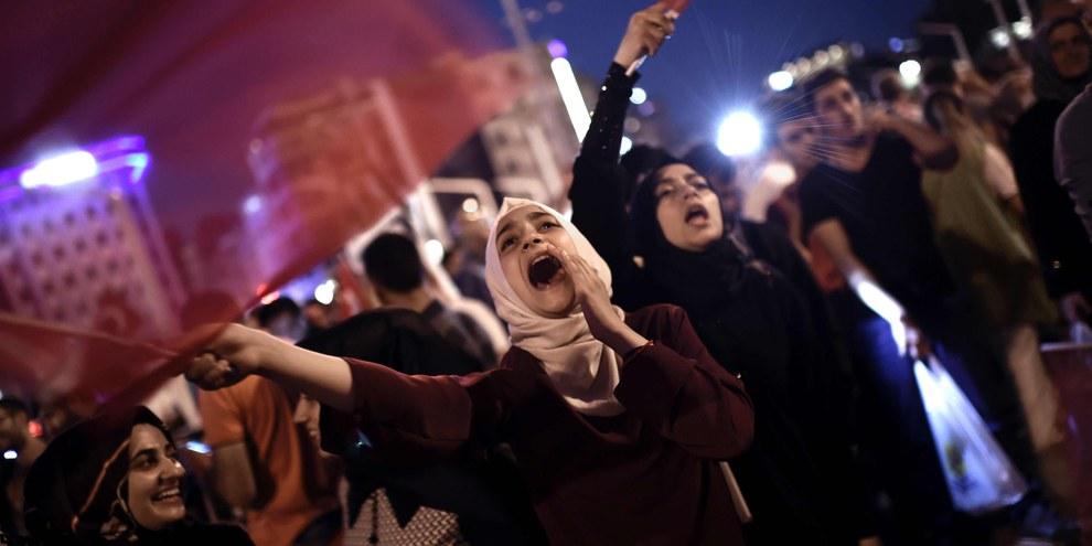 Des militant·e·s pro-Erdogan réuni·e·s sur la place Taksim à Istanbul, à la suite de l'échec du coup d'État. Juillet 2016.  © AFP/Getty Images