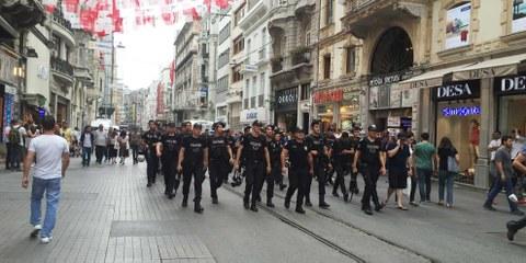 La fermeture de près de 400 ONG s'inscrit dans le cadre d'une politique systématique des autorités turques visant à réduire définitivement au silence toutes les voix critiques. © AFP/Getty Images