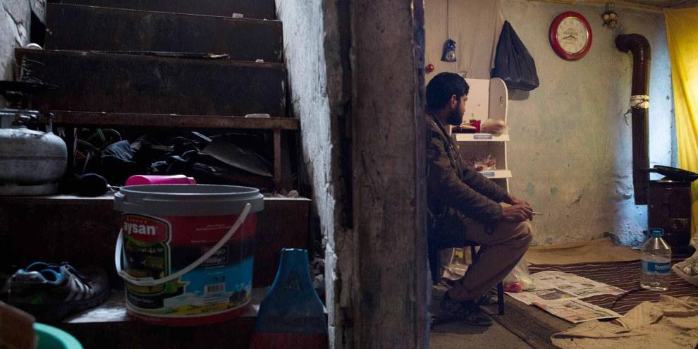 Un demandeur d'asile afghan dans son abri d'Istanbul. Près de trois millions de réfugiés ne bénéficient d'aucune aide pour trouver un logement. © Amnesty International