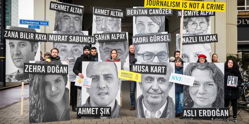Des militant·e·s manifestent devant l'ambassade turque de Rotterdam pour exiger le respect de la liberté d'expression en Turquie. © Amnesty International / Marieke Wijntjes