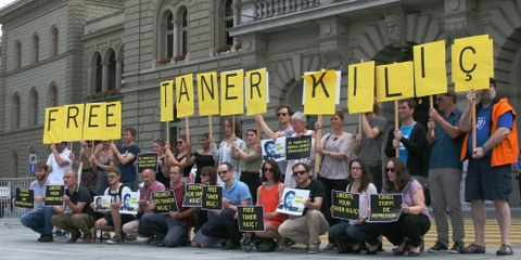 Des militant·e·s demandent la libération de Taner Kiliç devant le Parlement fédéral à Berne. © Amnesty Suisse