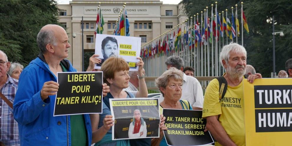 La société civile se mobilise également dans le monde entier. Des manifestations ont eu lieu dans de nombreux pays, ici à Genève le 10 juillet 2017. © Amnesty International
