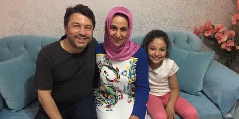 Séparé depuis une demi-année de sa famille: Taner Kiliç, président d'Amnesty Turquie, avec sa femme et sa fille.  © Amnesty International