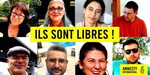 Les huit défenseurs des droits humains mis en libération conditionnelle le 25 octobre 2017, dont Idil Eser, présidente d'Amnesty Turquie. © Amnesty International