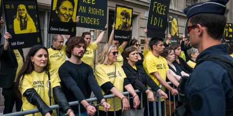 L'arrestation et la mise en détention de membres éminent·e·s de la société civile turque, dont le président et la directrice d'Amnesty Turquie, ont entraîné de nombreuses actions de protestation à travers le monde, comme ici devant l'ambassade de Turquie à Paris le 20 juillet 2017. © Colin Poiraut