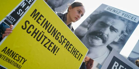 Des militant·e·s d'Amnesty International demandent la libération de Deniz Yücel et des autres journalistes emprisonné·e·s en Turquie devant l'ambassade de Turquie à Berlin, le 3 mai 2017. © Amnesty International / Henning Schacht