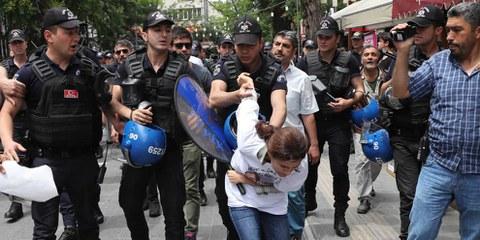 La police turque prend des mesures sévères contre les manifestantes et manifestants. ©  Begum Basdas