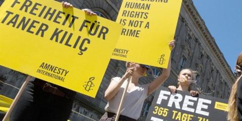 Dans le monde entier, les gens ont fait campagne pour la libération de Taner Kılıç, comme ici à Berlin le 6 juin 2018. © Amnesty International / Vanya Püschel