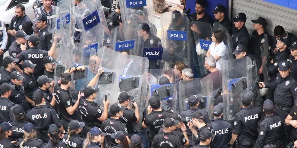Police empêchant des parlementaires du Parti démocratique populaire de l'opposition et d'autres de lire une déclaration critiquant l'opération «Printemps de la paix», Diyarbakır, 20 octobre 2019.© Bilal Güldem, Mesopotamia Agency