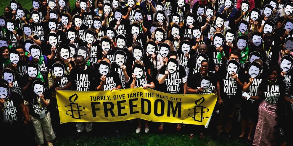 Les participants à l'Assemblée générale d'Amnesty International 2018 se rassemblent pour agir en faveur de Taner Kılıç, président d'Amnesty Turquie, qui est emprisonné depuis juin 2017. © AI Pologne/Szymon Stepniak