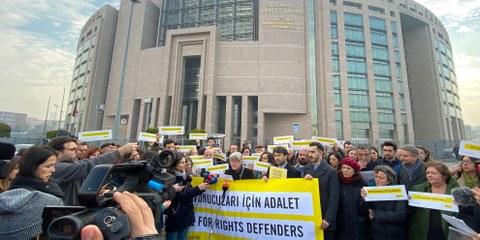 Aucun verdict n'est tombé dans le procès des 11 défenseur·e·s des droits humains le 19 février 2020 à Istanbul. © Amnesty International Turquie / Fırat Doğan