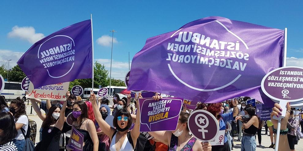 Des personnes se sont rassemblées dans tout le pays pour protester contre le retrait de la Turquie de la Convention d'Istanbul en juin 2021. © Amnesty International