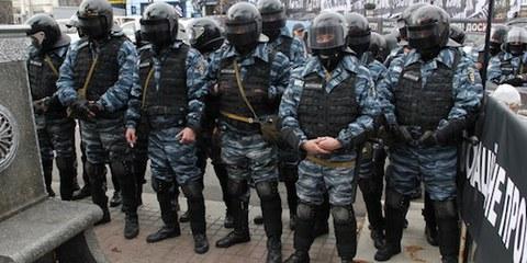 Un débordement de violence policière est à craindre lors du Championnat d'Europe UEFA de football 2012. © DR