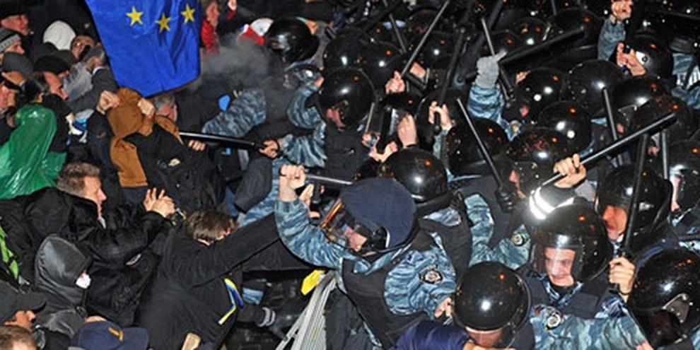 Des manifestants et manifestantes ont été victimes d'un recours excessif à la force par les policiers antiémeutes du Berkout. © GENYA SAVILOV/AFP/Getty Images