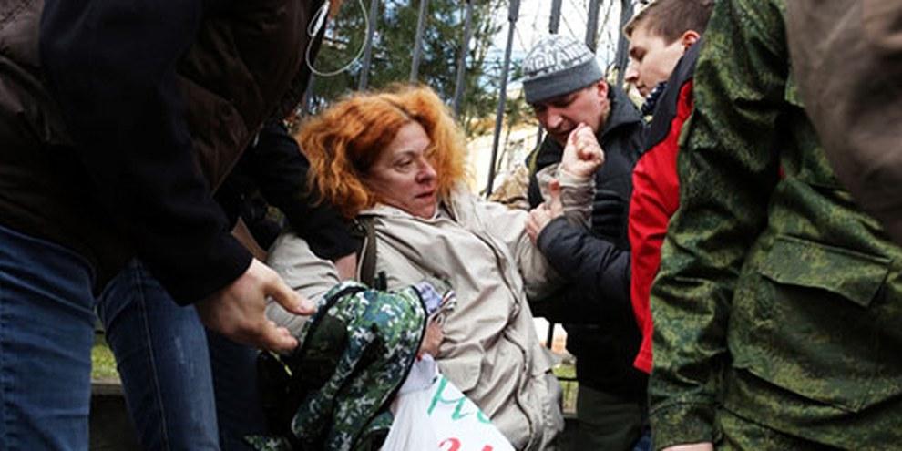 Des militants pro-russes ont agressé des pro-ukrainiennes lors d'une manifestation le 5 mars 2014, en Crimée. © VOLODYMYR PETROV/AFP/Getty Images