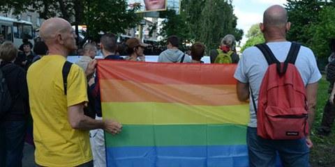 Les partipants à la marche des fiertés ont été la cible de violences homophobes, au moins dix manifestants ont été blessés ainsi que cinq policiers. © Amnesty International