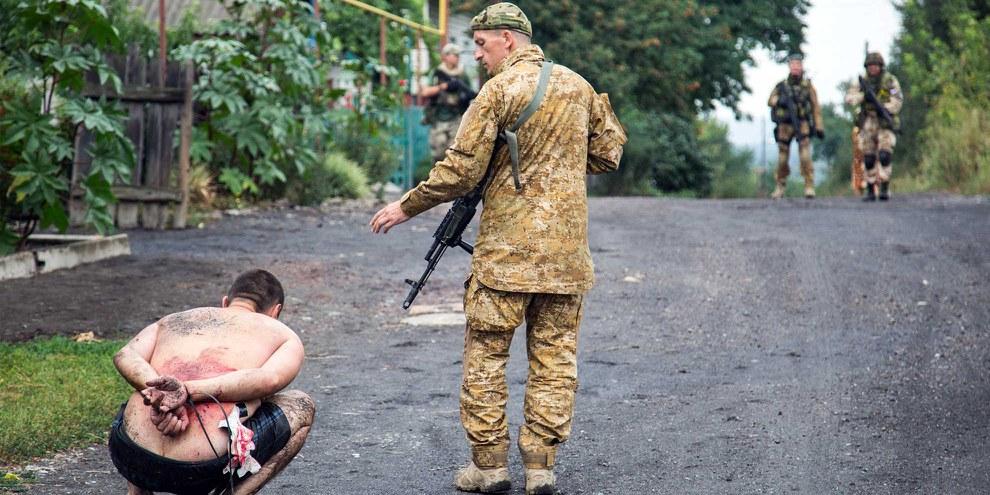 Les forces armées ukrainiennes arrêtent un militant pro-russe dans le village de Chornukhine dans la région de Lugansk, 18 août 2014.© AFP/Getty Images