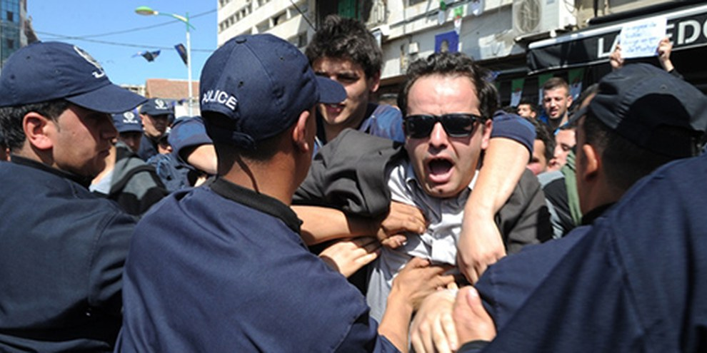 Des étudiants algériens ont manifesté contre la réélection du Président Abdelaziz Bouteflika  début avril 2014. © FAROUK BATICHE/AFP/Getty Images