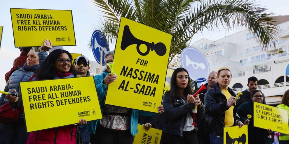 L'Arabie saoudite a encore beaucoup à faire pour les droits humains. Comme par exemple les défenseurs et défenseuses des droits humains doivent être libérés de prison, ce qui a été exigé lors de cette action aux Pays-Bas.© Amnesty International / Pierre Crom