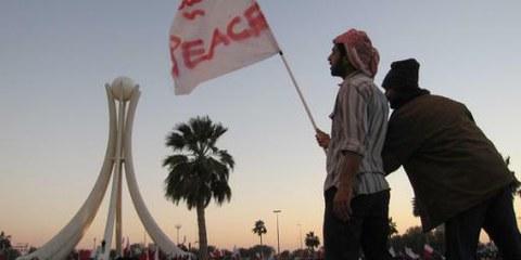Un homme brandit un drapeau Peace en arabe et en anglais lors d'une manifestation. Plus de 500 personnes ont été arrêtées en un mois. © Al Jazeera English