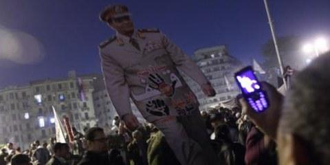 Les manifestants portent une effigie du leader du Conseil suprême des forces armées, Marshall Mohamed Hussein Tantawi, au Caire, le 18 novembre 2011. © Mohamed Ali Eddin/Demotix