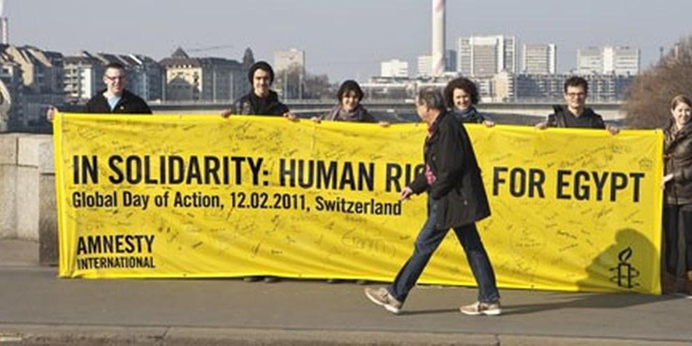 Cette banderole sera envoyée en Egypte et suspendue sur la place Tahrir. © Barbara Kern