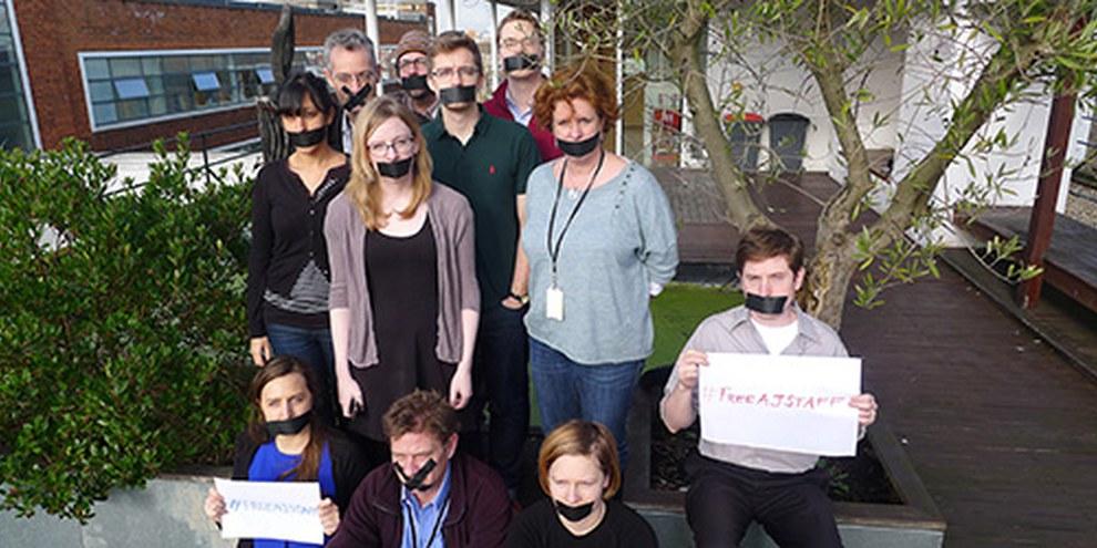 Les membres du programme média du secrétariat international d'Amnesty protestent contre la détention de journalistes d'Al Jazira en Egypte. © Amnesty International