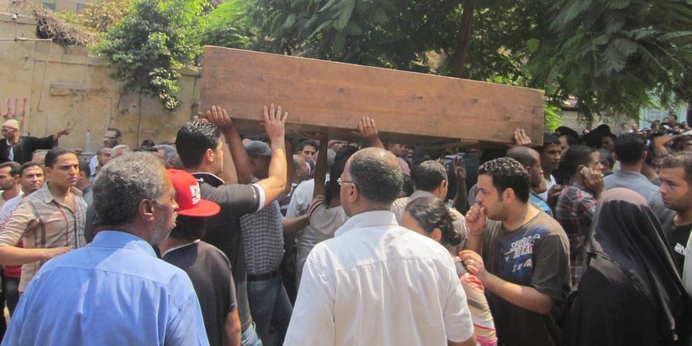 Le 14 août 2013, la dispersion des sit-in de Rabaa et al Nahda, au Caire, tournait au massacre, causant au moins 900 mort·e·s et plus d'un millier de blessé·e·s. L'impunité des responsables a marqué un tournant pour les droits humains en Égypte, laissant les coudées franches aux forces de sécurité dans la répression des dissident·e·s. © Amnesty International