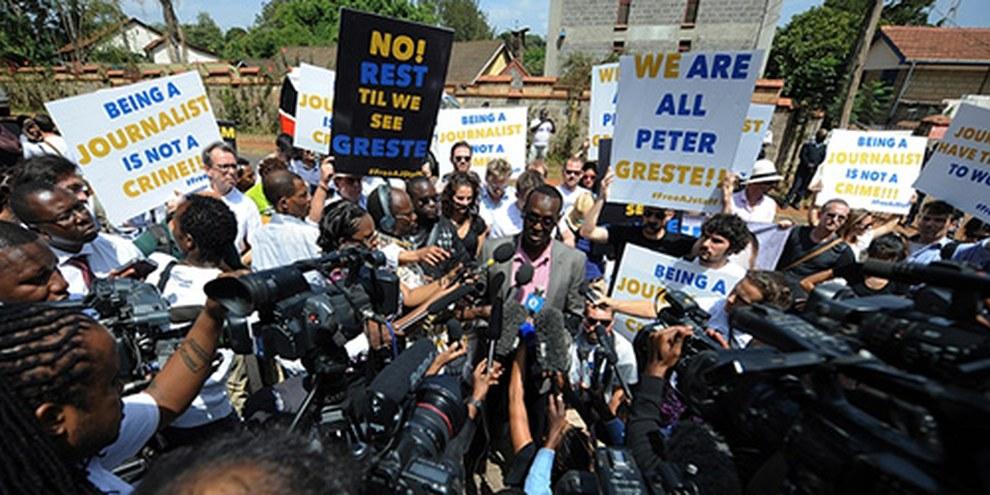 Le journaliste d'Al-Jazeera Mohammed Adow a montré son soutien aux trois personnes arrêtées en s'exprimant devant l'ambassade égyptienne. © SIMON MAINA/AFP/Getty Images