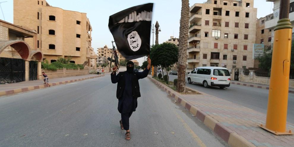 Un combattant de l'Etat Islamique (EI) en Irak brandissant le drapeau de l'EI. © REUTERS/Stringer