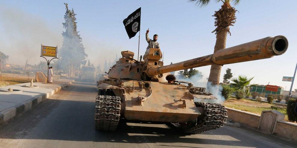 Des combattants de l'État islamique durant une parade militaire dans le Nord de la province de Raqqa. © REUTERS/Stringer