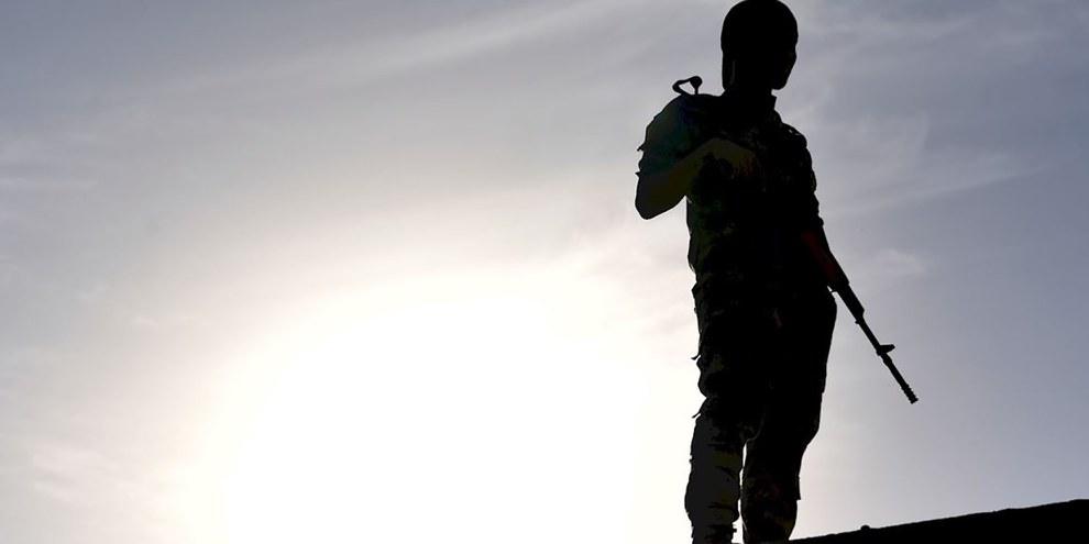 Les membres de la milice tribale Sabawi ont commis des crimes relevant du droit international en infligeant des tortures et des mauvais traitements à des habitants du Qati al Sabawiin, à titre de représailles pour les crimes perpétrés par l'EI. © AFP/Getty Images